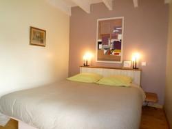 Chambre rose avec un lit de 160cm au Gite Mont Saint Michel